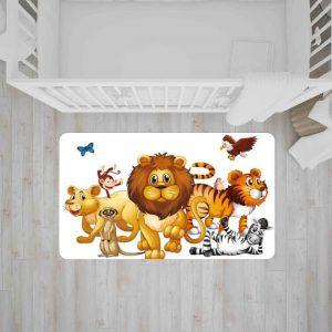 שטיח בהדפס צבעוני של חיות הג'ונגל על רקע לבן