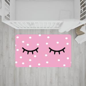 שטיח בהדפס ריסים ונקודות על רקע ורוד