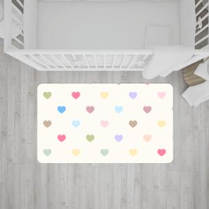 שטיח בהדפס לבבות צבעוניים על רקע בהיר