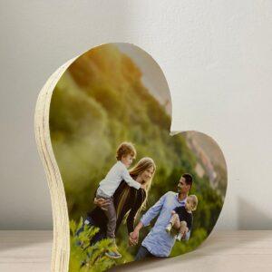 """תמונה על בלוק מעץ בצורת לב בגודל 15X17 ס""""מ"""