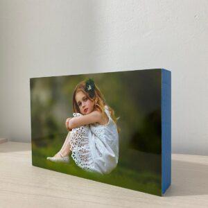 """תמונה על בלוק מעץ בצבע כחול בגודל 10X15 ס""""מ"""