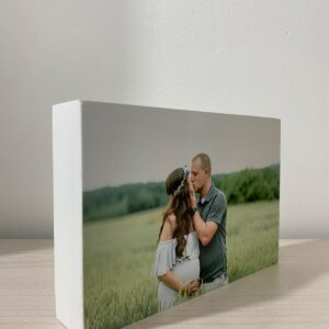 """תמונה על בלוק מעץ בצבע לבן בגודל 10X15 ס""""מ"""